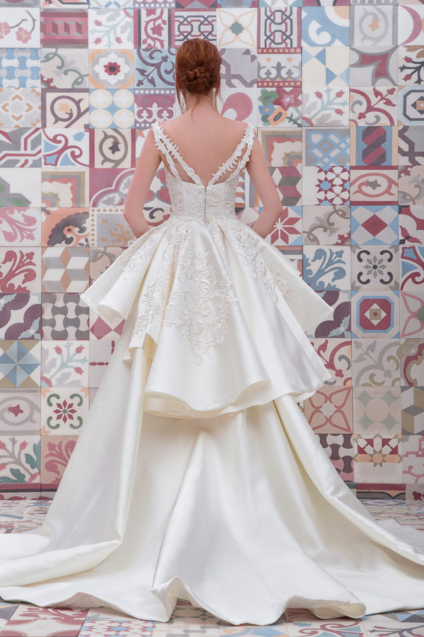 httpsapi.esposacouture.comcontentuploadsCollectionPictureBall-Gown-Wedding-Dress-Plume-by-Esposa-Elanoy-2